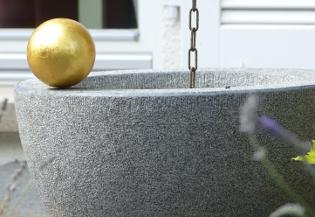 """""""Trog"""", Impala Granit, Stahlkugel vergoldet"""